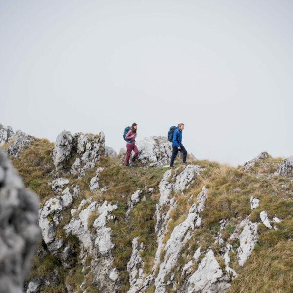 Zwei Menschen Wandern einen Pass entlang