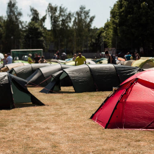 Verschiedene Zelte auf einer Wiese